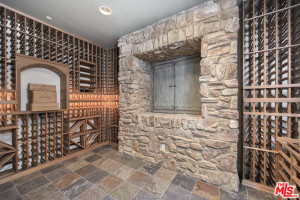 wine-cellar-luxurious-touch